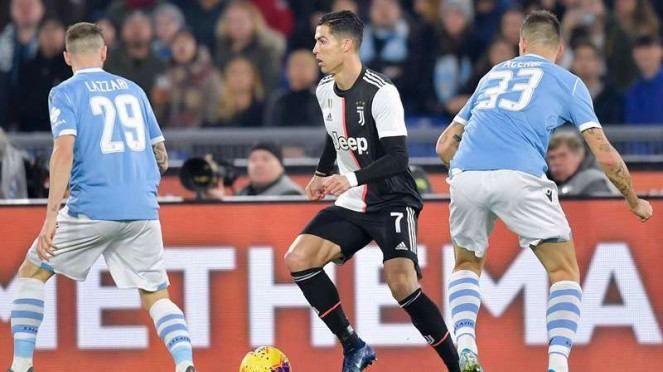 Megabintang Juventus, Cristiano Ronaldo (tengah) dalam laga kontra Lazio