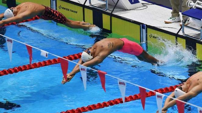 Atlet renang Indonesia, I Gede Siman Sudartawa (tengah)