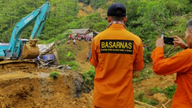 Basarnas Banten melakukan evakuasi