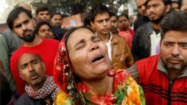 https://thumb.viva.co.id/media/frontend/thumbs3/2019/12/08/5decd7ff4ecc9-kebakaran-melalap-pabrik-di-india-saat-para-pekerja-tidur-puluhan-orang-tewas_375_211.jpg