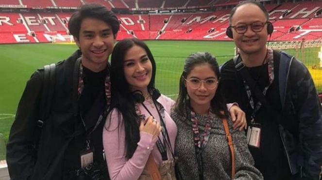 Iis Dahlia bersama ang suami, Satrio Dewandono dan anak-anaknya.
