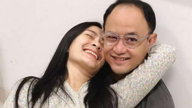 Iis Dahlia bersama sang suami, Satrio Dewandono.