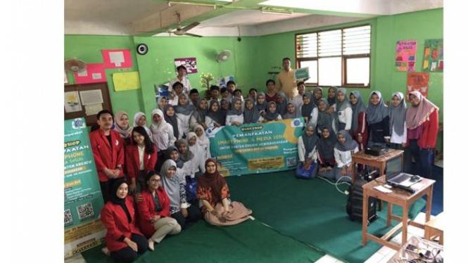 Dosen dan Mahasiswa Universitas Mercu Buana bersama Para Peserta Workshop di SMK An-Nashihin Tangsel.