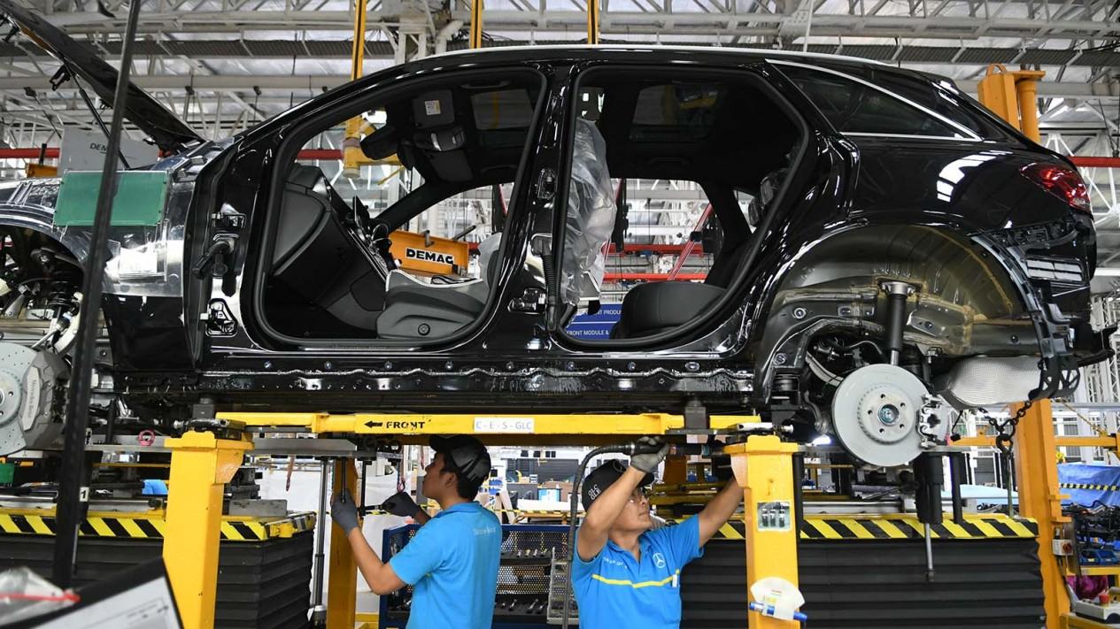 Pekerja merakit mobil New GLC Mercedes-Benz di pabrik Mercedes-Benz Indonesia di Wanaherang, Gunung Putri, Bogor, Jawa Barat, Selasa 10 Desember 2019