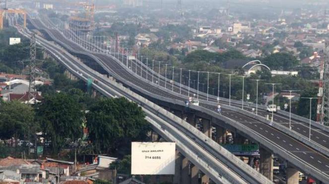 Suasana jalan Tol layang Jakarta-Cikampek II (Elevated) di Bekasi, Jawa Barat, Rabu (4/12/2019).