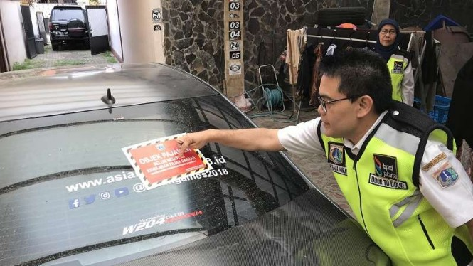 Mobil mewah penunggak pajak ditempeli stiker merah