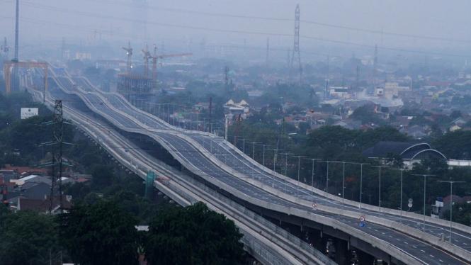 Pembenahan Jalan Tol Layang Jakarta-Cikampek II Jelang Beroperasi