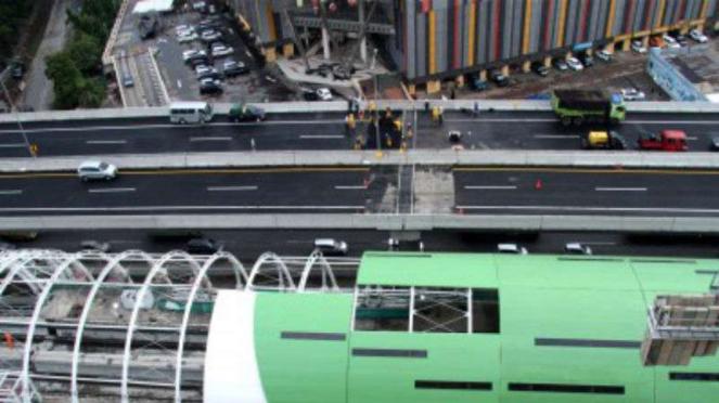 Pekerja melakukan  perbaikan sisi sambung jalan Tol layang Jakarta-Cikampek.