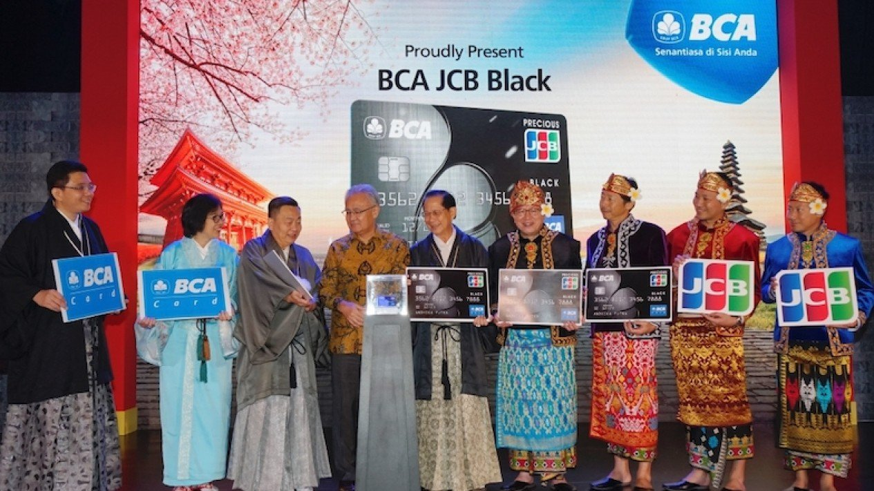 Duta Besar Jepang untuk Indonesia Masafumi Ishii keempat kiri) bersama Presdir BCA Jahja Setiaatmadja (tengah), Direktur BCA Santoso (ketiga kiri), beserta para jajaran Direksi dan Pimpinan BCA yang lainnya saat peluncuran Kartu Kredit BCA JCB Black.