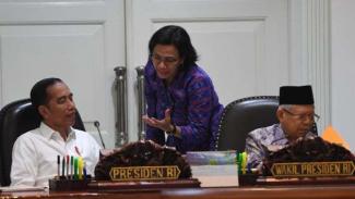 Menkeu Sri Mulyani (tengah) berbincang dengan Presiden Joko Widodo (kiri). (Foto ilustrasi)