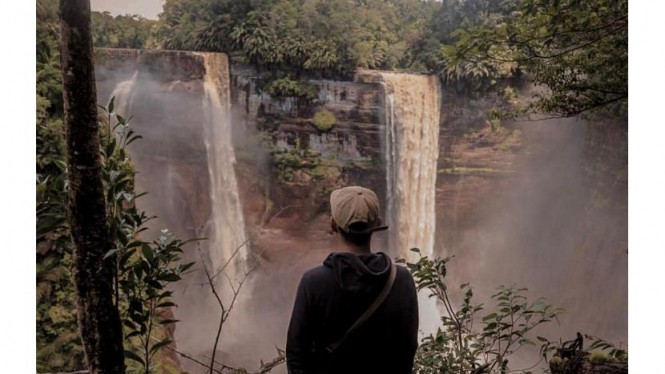 Foto menghadap Air Terjun Lonanyan dan Air terjun Jengonoi
