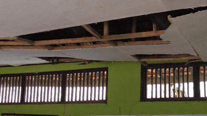 Kondisi ruang kelas yang rusak dikhawatirkan ambruk.
