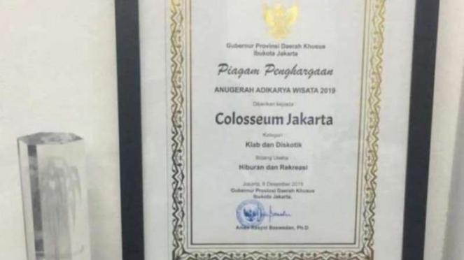 Piagam penghargaan adikarya wisata untuk diskotek Colosseum Jakarta