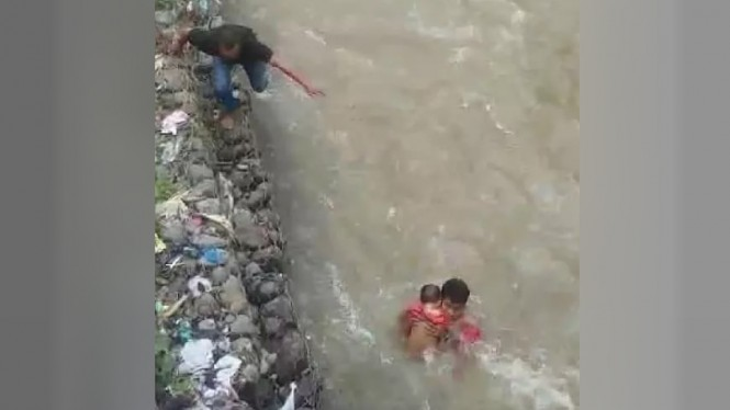 Prajurit TNI AD, Serta Mardi menyelamatkan bayi terseret arus banjir