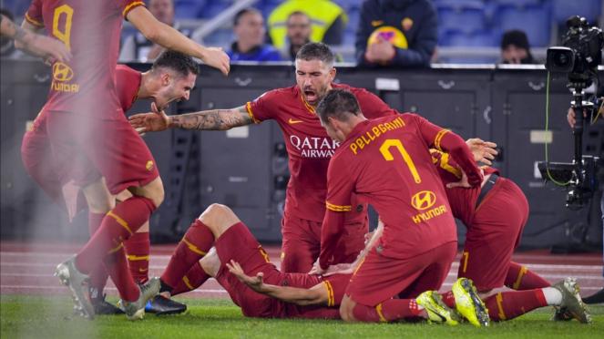 Para pemain AS Roma rayakan gol.