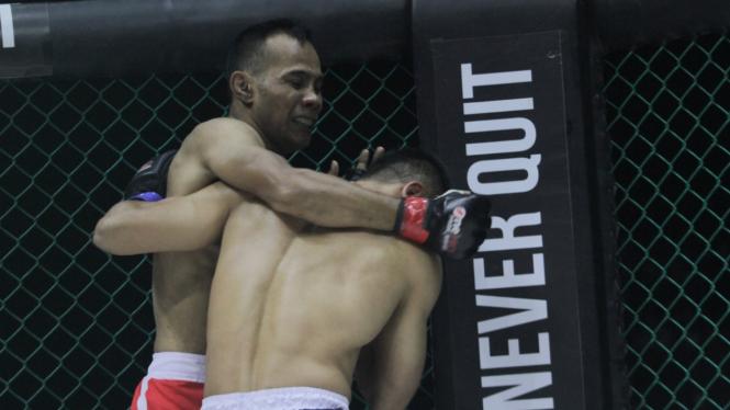 Petarung One Pride, Yusuf Susilo (kiri)