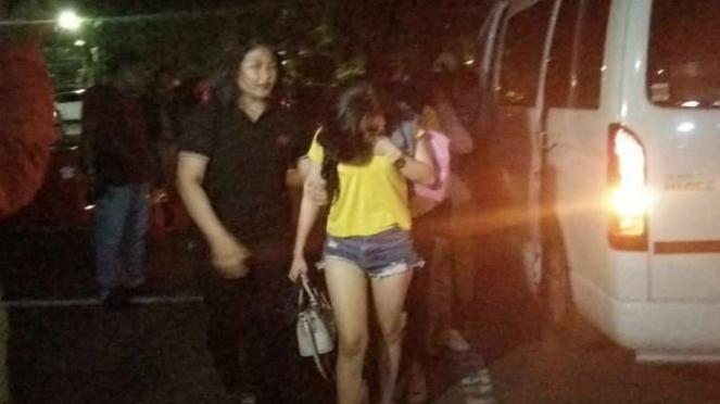 Puluhan wanita pemandu lagu yang ditahan dari sebuah rumah karaoke yang digerebek di Surabaya, Jawa Timur, pada Rabu dini hari, 18 Desember 2019.