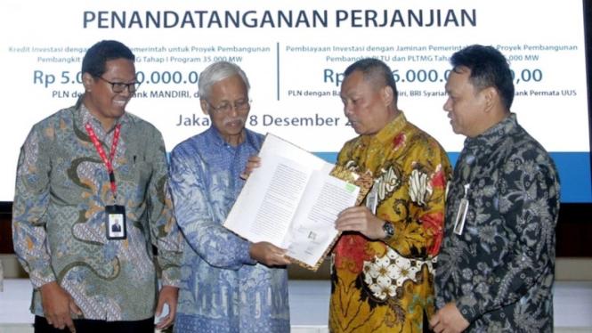 Pemimpin Unit Sindikasi BNI Rommel TP Sitompul (kanan), Pemimpin Divisi BUMN dan Institusi Pemerintah (BIN) BNI Babas Bastaman(kedua kanan)  Direktur Keuangan PLN Sarwono Sudarto(kedua kiri),  dan GM Keuangan PLN Sulistyo Biantoro (kiri).