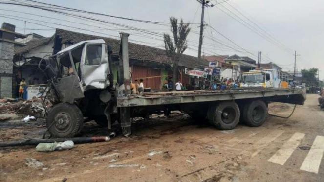 Kecelakaan beruntun melibatkan truk trailer terjadi di Pasuruan, Jawa Timur.