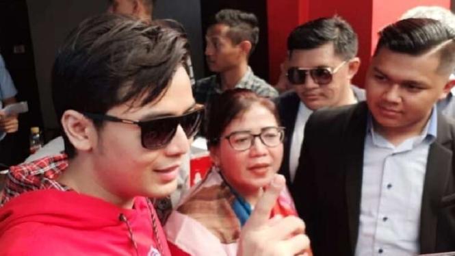 Kriss Hatta dan Ibunya, Tuty Suratinah