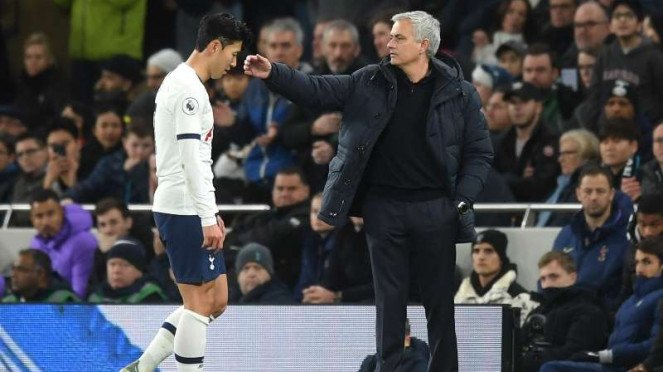 Ekspresi kecewa winger Tottenham Hotspur, Son Heung-min (kiri)