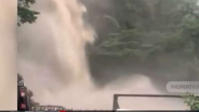 Air terjun Lembah Anai di kawasan Jalan Raya Padang-Bukittinggi, Kabupaten Tanah Datar, Sumatera Barat, meluap hingga ke jalan raya.