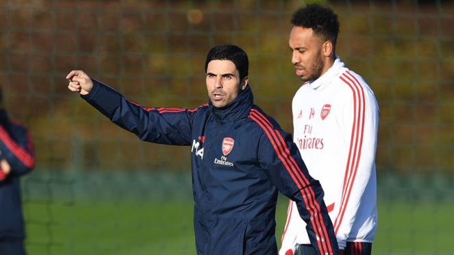 Mikel Arteta memimpin latihan Arsenal