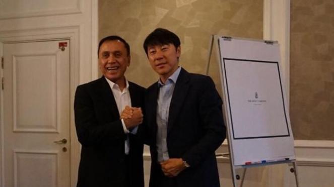 Ketum PSSI, Iwan Bule (kiri) dan Shin Tae Yong