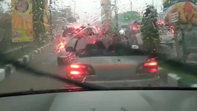 Penumpang mobil kebasahan saat hujan