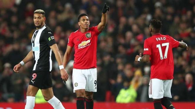 Penyerang Manchester United, Anthony Martial, melakukan selebrasi