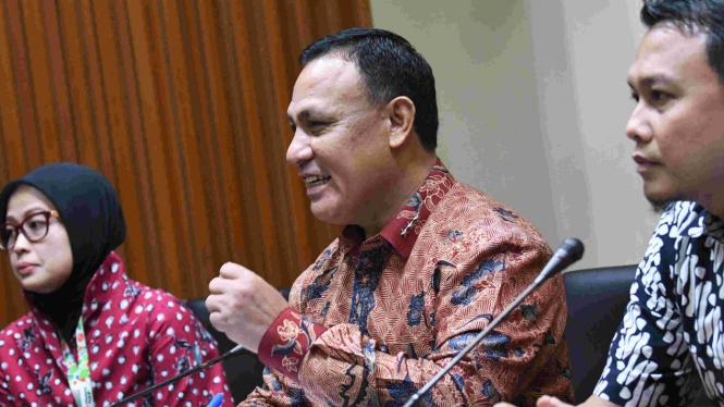 Ketua KPK Firli Bahuri dan dua Plt Jubir KPK Ali Fikri (kanan) dan Maryati Kuding (kiir)