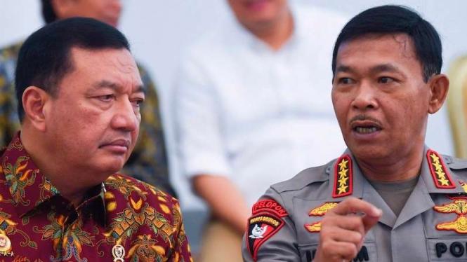 Kapolri Jenderal Pol Idham Azis (kanan) berbincang dengan Kepala BIN Budi Gunawan sebelum mengikuti rapat kabinet terbatas di Istana Bogor, Jawa Barat, Jumat (27/12/2019).