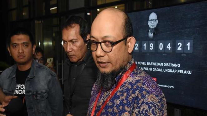 Penyidik Senior KPK Novel Baswedan (kanan)