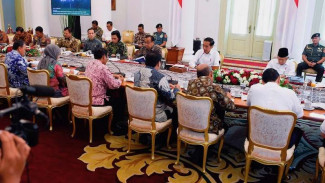 Presiden Joko Widodo (kedua kanan) didampingi Wakil Presiden Ma'ruf Amin (kanan) memimpin rapat kabinet terbatas di Istana Bogor, Jawa Barat, Jumat (27/12/2019). Rapat kabinet terbatas tersebut membahas Omnibus Law Cipta Lapangan Kerja.