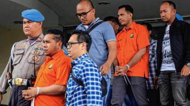 Dua pelaku penyiraman air keras Penyidik KPK Novel Baswedan dibawa petugas untuk dipindahkan ke Bareskrim Mabes Polri di Polda Metro Jaya, Jakarta, Sabtu (28/12/2019).