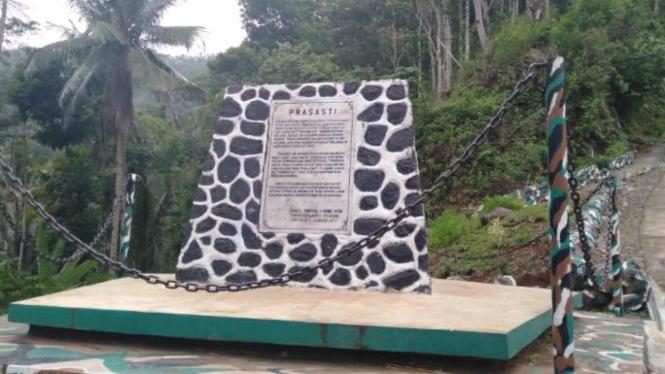 Monumen berupa prasasti peringatan perjuangan merebut kemerdekaan. Foto: Satrio Mur Bayu