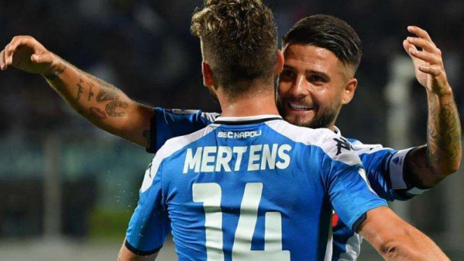 Duet emain depan Napoli, Dries Mertens dan Lorenzo Insigne melakukan selebrasi