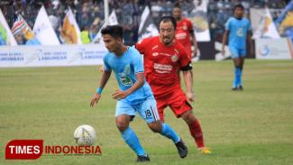 Salah satu aksi Hambali saat memperkuat Persela di laga kontra Semen Padang di Stadion Surajaya, Lamongan, beberapa waktu lalu. (FOTO: MFA Rohmatillah/ TIMES Indonesia)