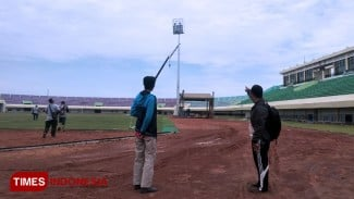 Proses pengerjaan pemasangan lampu penerangan Stadion Bumi Wali Tuban (BWT), Sabtu, (28/12/2019). (Foto: Achmad Choirudin/TIMES Indonesia)
