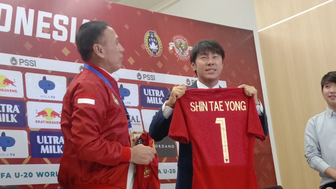 Pelatih Timnas Indonesia, Shin Tae-yong, bersama Ketum PSSI, Mochamad Iriawan