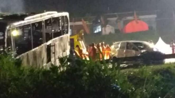 Salah satu bangkas bus yang terlibat kecelakaan hingga terbakar di jalan dekat Gerbang Tol Kalikangung, Ngaliyan, Kota Semarang, Jawa Tengah, Sabtu malam, 28 Desember 2019.