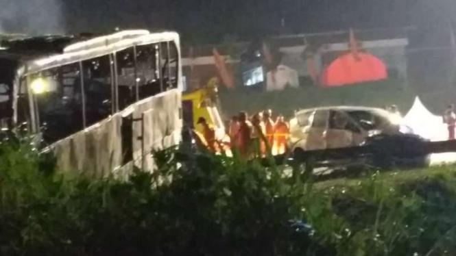 Bat Bus 12 >> Kronologi Kecelakaan Dua Bus Hingga Terbakar Di Tol