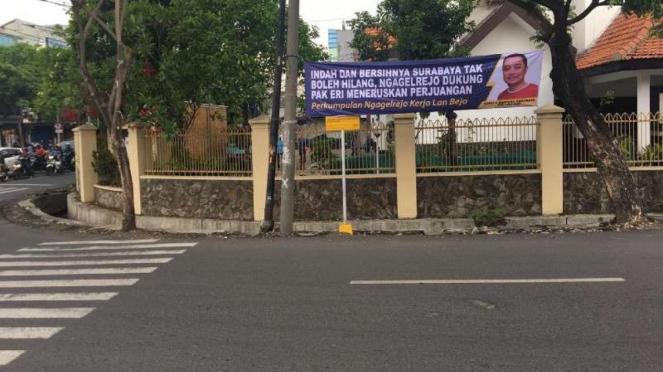 Spanduk dukungan terhadap Eri Cahyadi di Surabaya