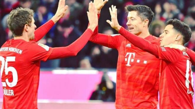 Para pemain Bayern Munich merayakan gol Robert Lewandowski (tengah)