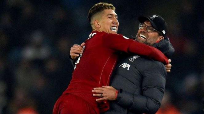 Manajer Liverpool, Juergen Klopp (kanan), bersama Roberto Firmino