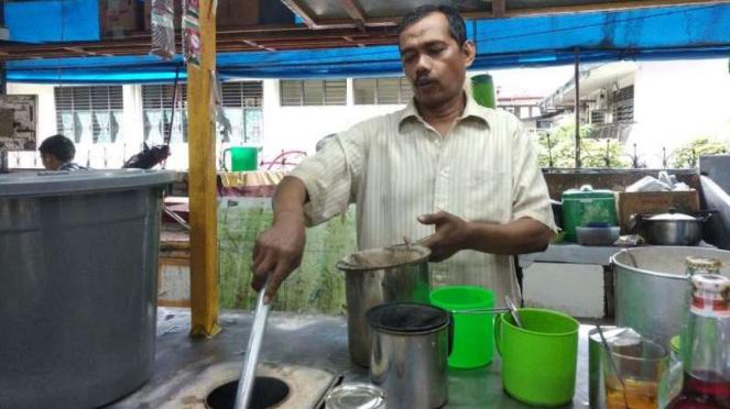 Seorang pedagang warung kopi, Iskandar.