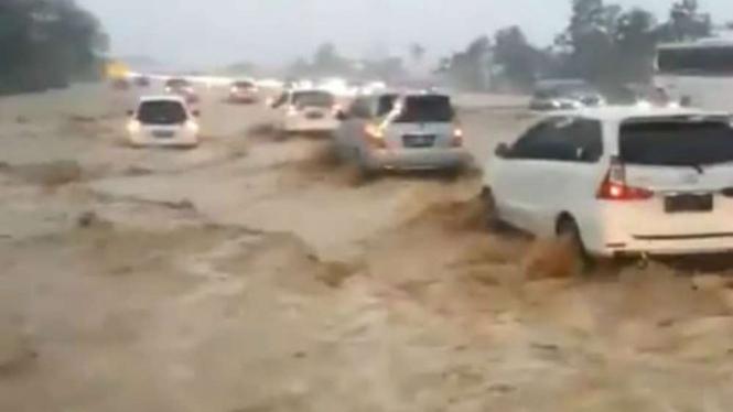 Banjir Bak Lautan Landa Tol Cipali KM 135, Pengendara