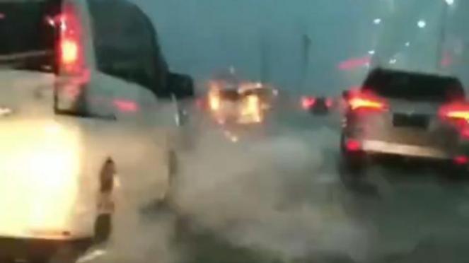 Tol Layang Jakarta-Cikampek banjir.