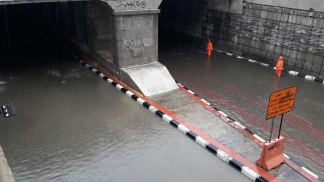 Banjir melanda Underpass Kuningan, kendaraan sedan agar tidak melintas.