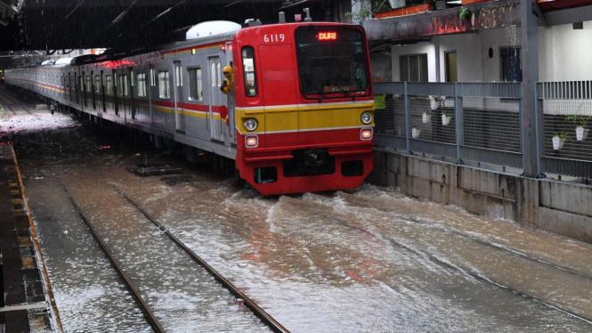 Perjalanan KRL Terdampak Banjir.